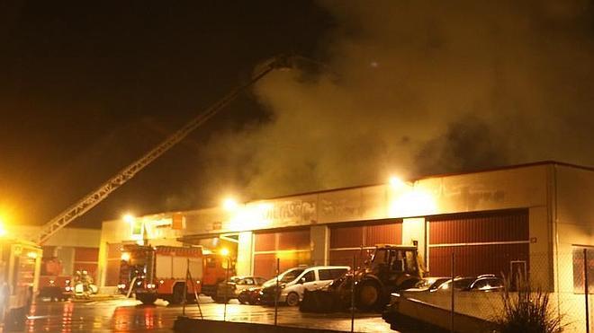 Un incendio devora un pabellón industrial en Mungia