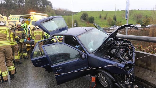 Dos heridos al empotrar su coche contra una rotonda en Sopelana