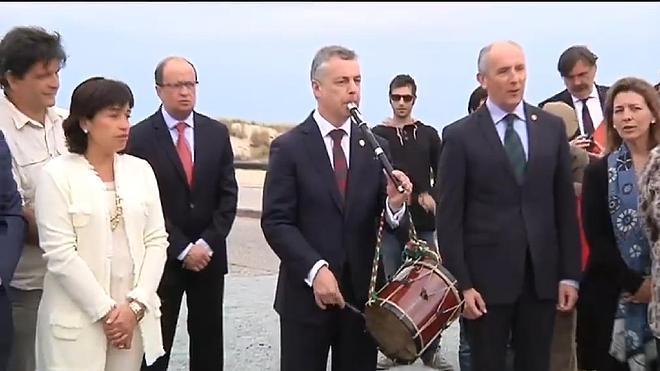 Y Urkullu cogió el txistu para tocar el 'Eusko Gudariak' en honor al Batallón Gernika