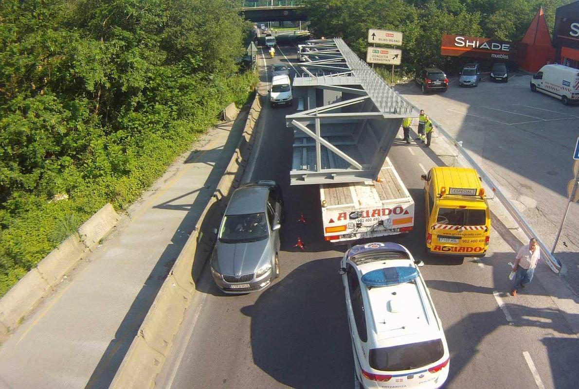 Reabierto el tráfico en Galdakao tras el colapso de cuatro horas por un accidente