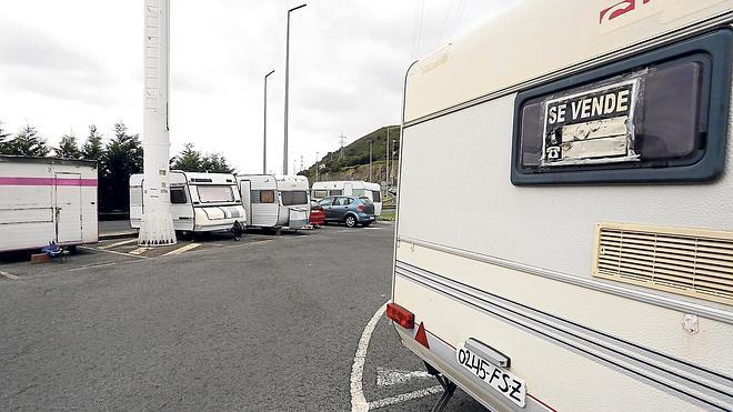 Caravanas en venta y tráilers destrozados se adueñan de Ugaldebieta