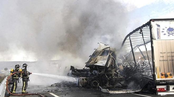 Mueren dos camioneros tras chocar y quedar atrapados en sus vehículos en llamas en Burgos