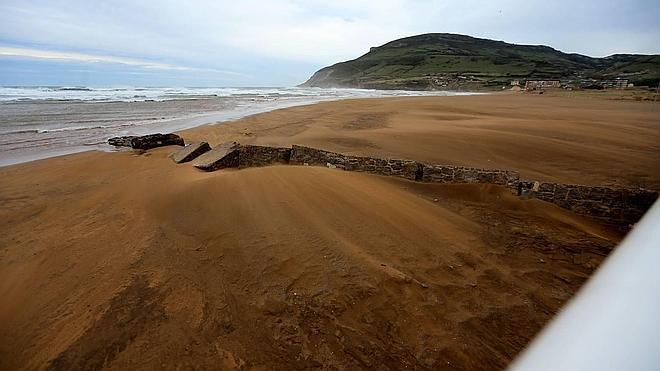 Reparan una segunda fuga en la depuradora que obligó a prohibir el baño en la playa de La Arena