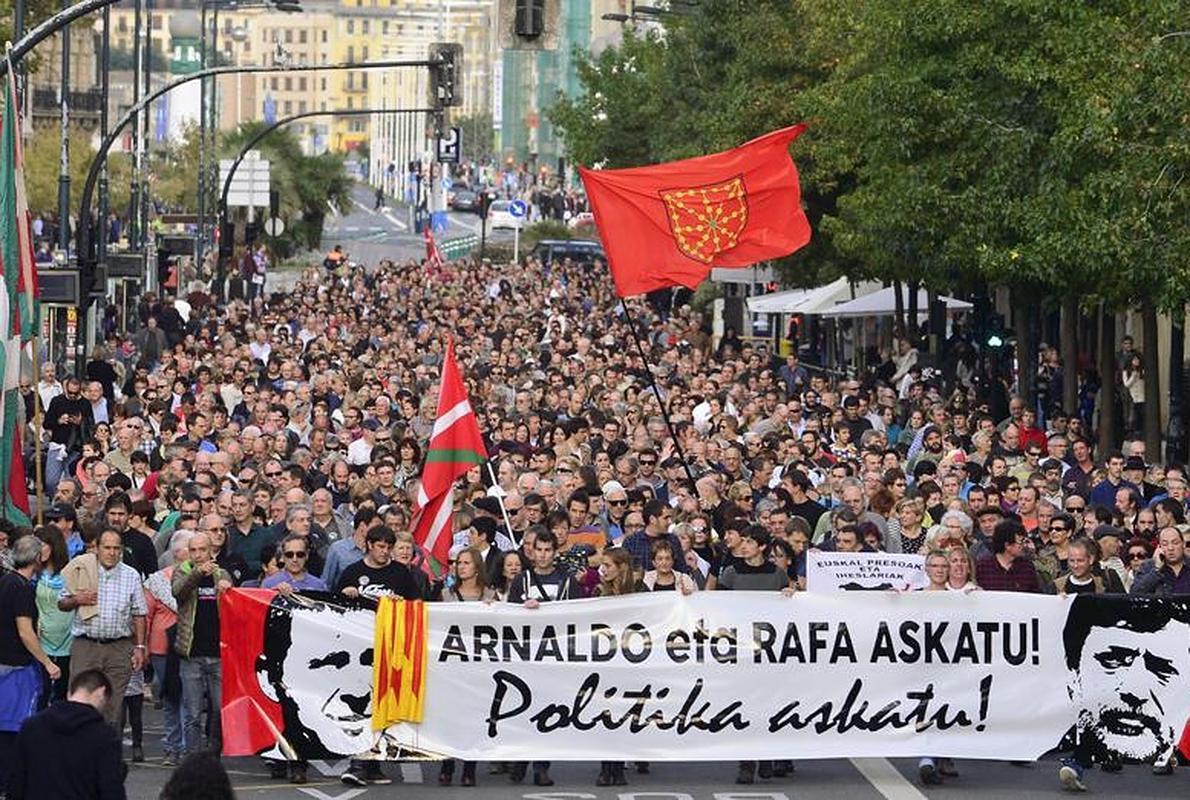 Miles de personas piden en San Sebastián la puesta en libertad de Otegi y Rafa Díez