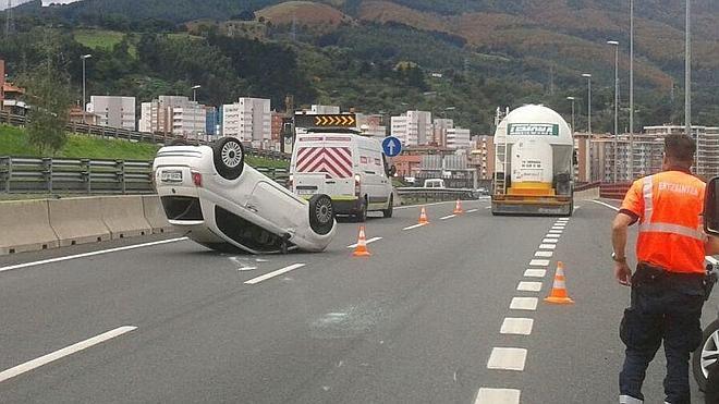 Tres heridos tras volcar su coche en el puente de Rontegi