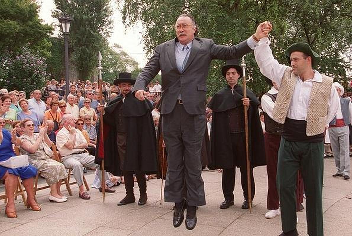 Aurreskus, txistus, bertsos... Así se exhiben los políticos vascos