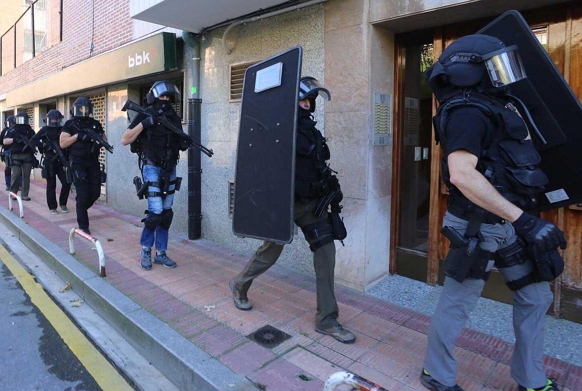 Gran despliegue de la Ertzaintza para detener en Barakaldo a un hombre huido de prisión