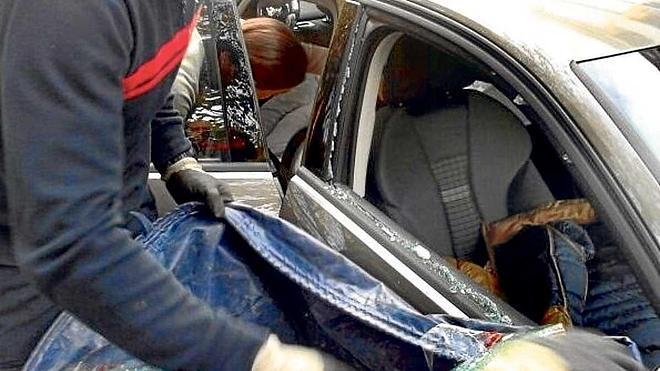 Tres niños quedan atrapados en el interior del coche al salir su madre y dejarse la llave dentro