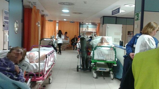 Denuncian el colapso en las urgencias de Cruces este viernes, con enfermos en los pasillos