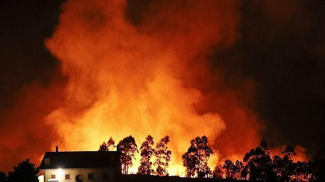 Controlado el incendio en el Igeldo que ha obligado a desalojar un agroturismo y varias viviendas en San Sebastián