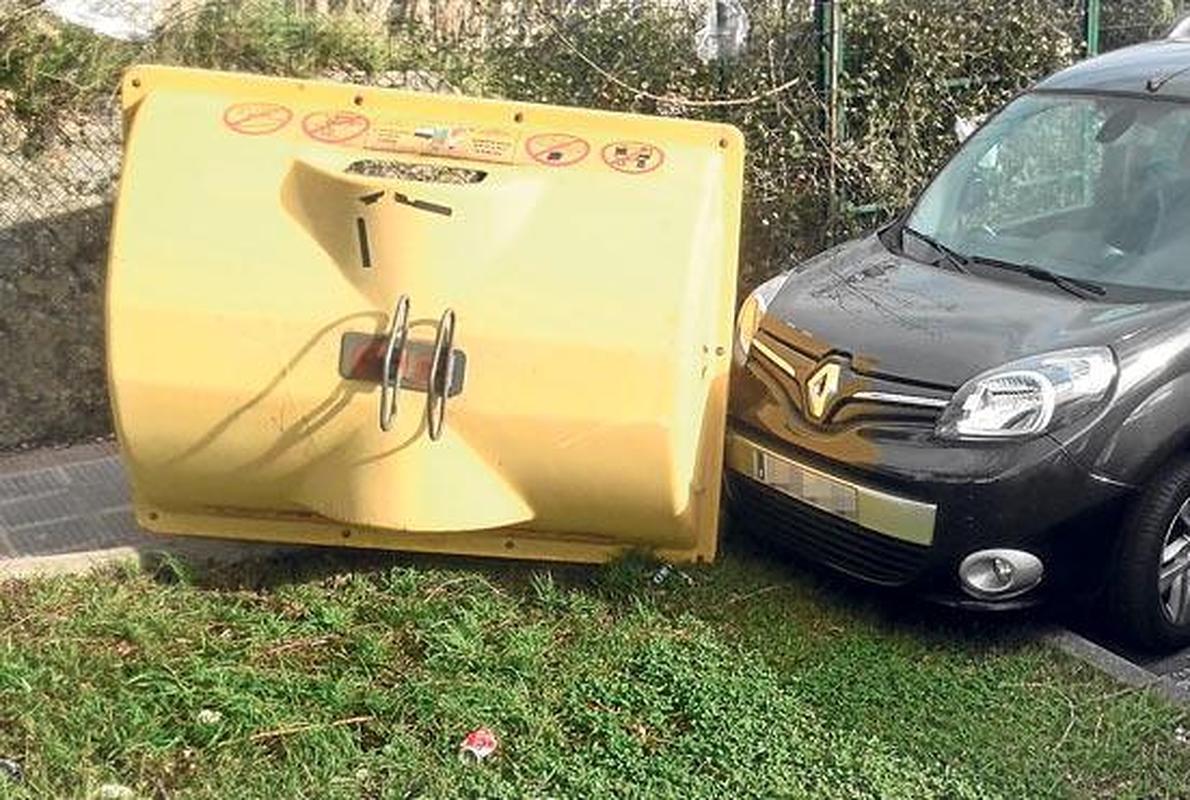 Alertan del riesgo de accidentes por contenedores desplazados por el viento