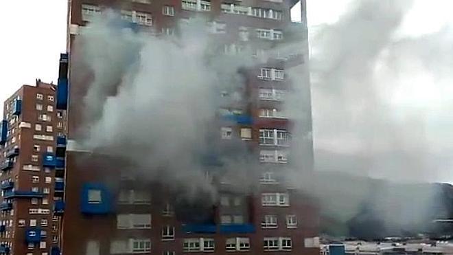 Desalojadas 125 familias de una de las torres de San Vicente de Barakaldo tras declararse un incendio en una vivienda
