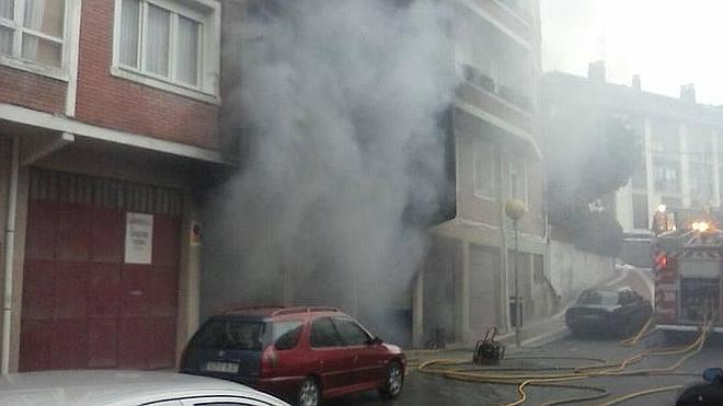 Un herido por inhalación de humo en un incendio declarado en un taller mecánico de Gorliz