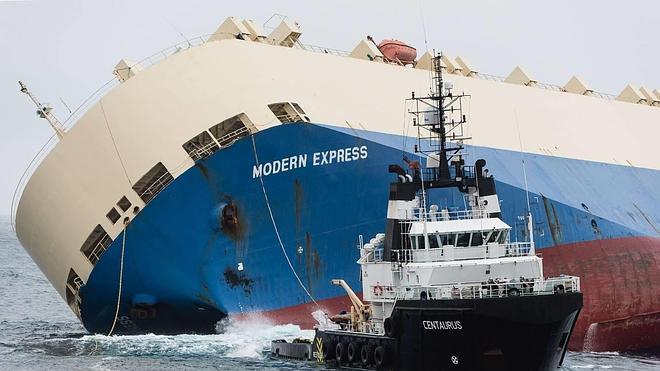 El carguero remolcado se encuentra ya a 10 millas del puerto de Bilbao, donde entrará mañana