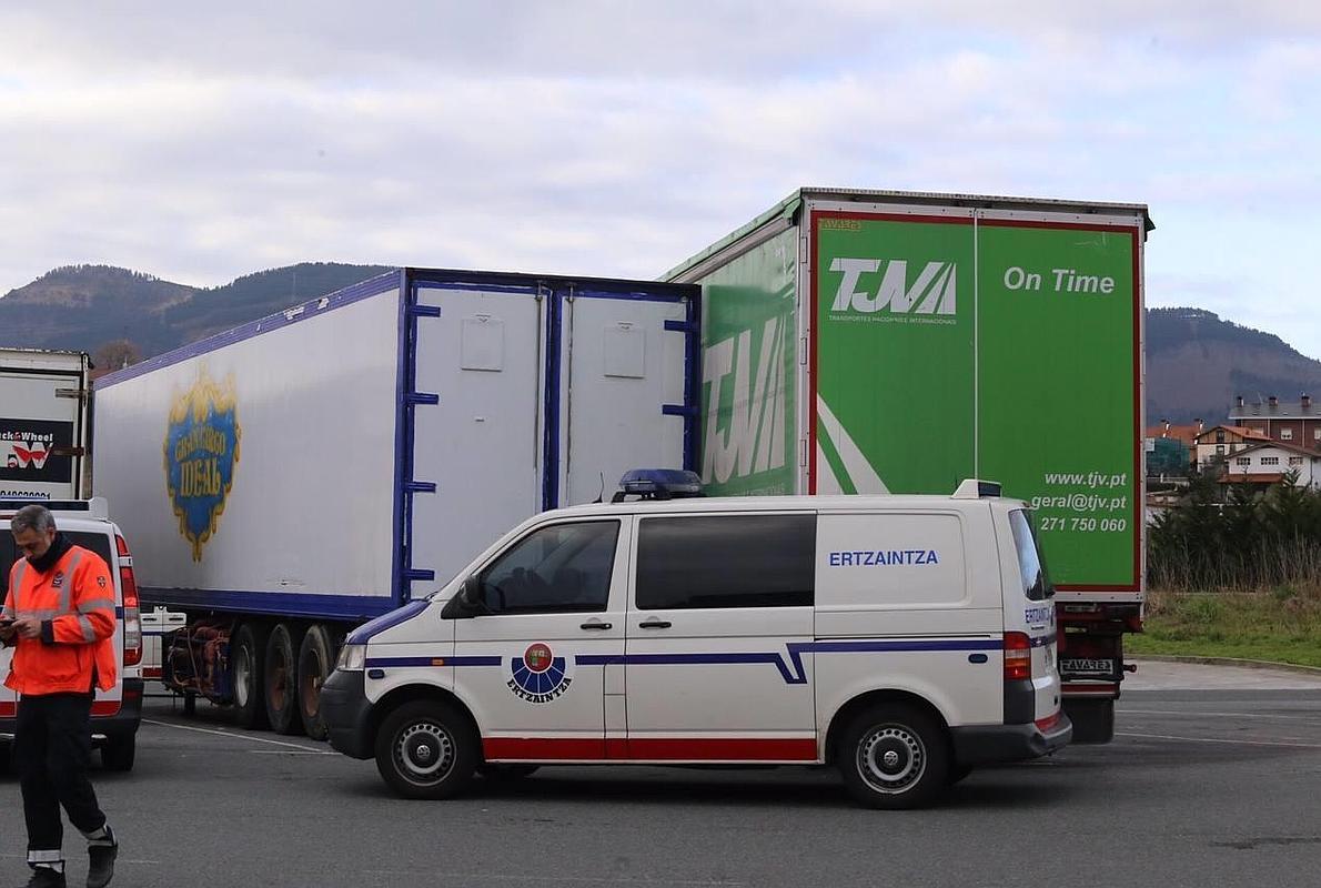 Fallece un portugués de 33 años atrapado entre dos camiones en Abanto