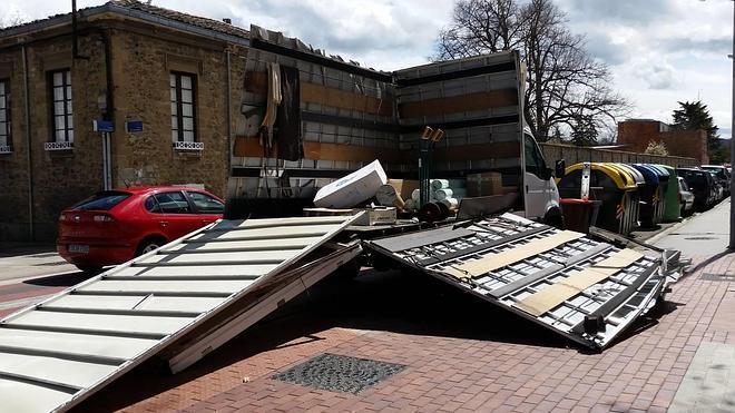 Un camión sufre graves daños tras chocar con el puente del Paseo de La Senda en Vitoria