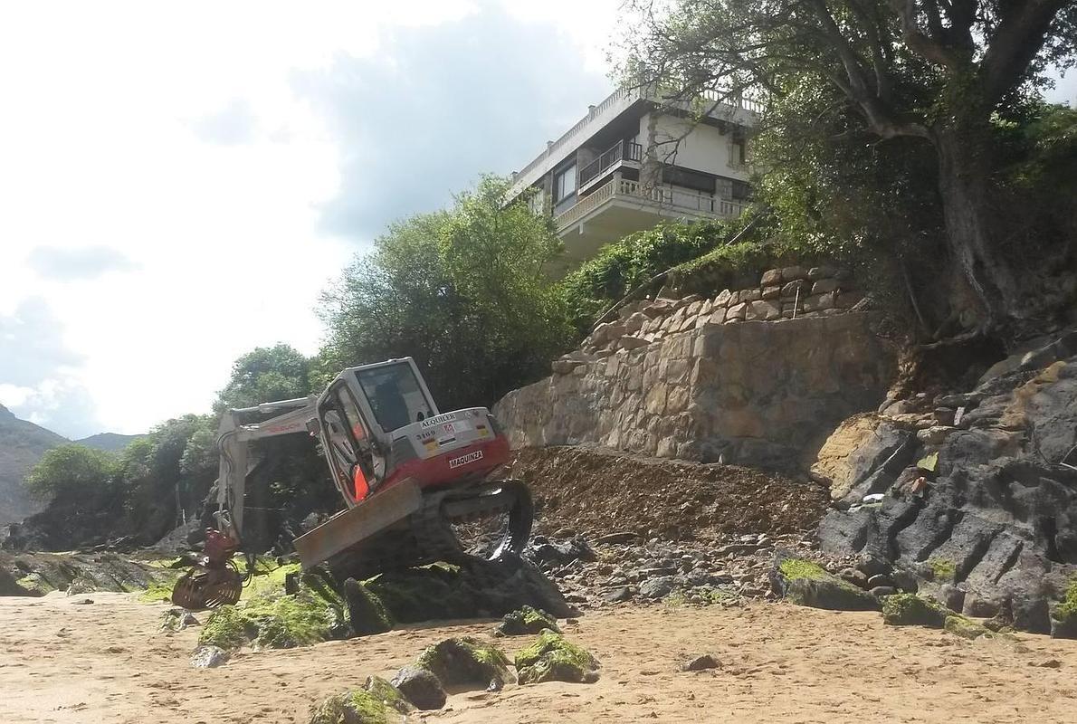 Herido tras caerse de 15 metros cuando manejada una miniexcavadora en Mundaka