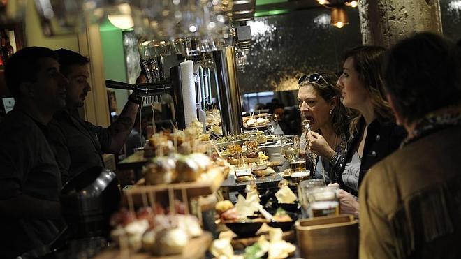 Los bares de Bilbao podrán abrir dos horas más la semana que viene