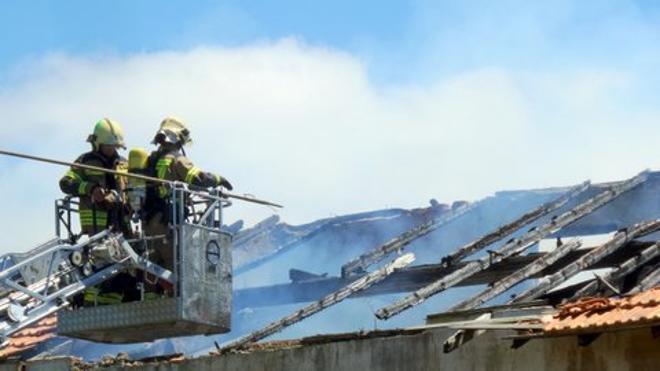 Arde una casa abandonada junto a la carretera que une Sopela con Urduliz