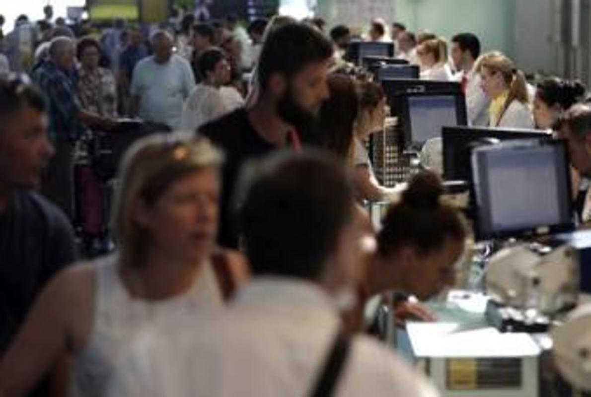 Más de 500 usuarios del aeropuerto de Loiu afectados por el caos de Vueling en Barcelona