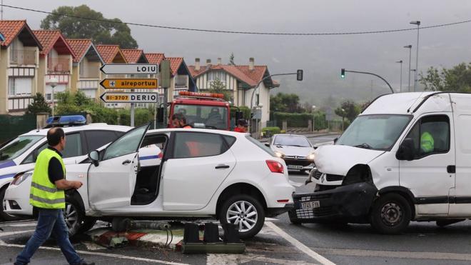 Una herida tras el choque de un turismo y una furgoneta en el cruce de Loiu