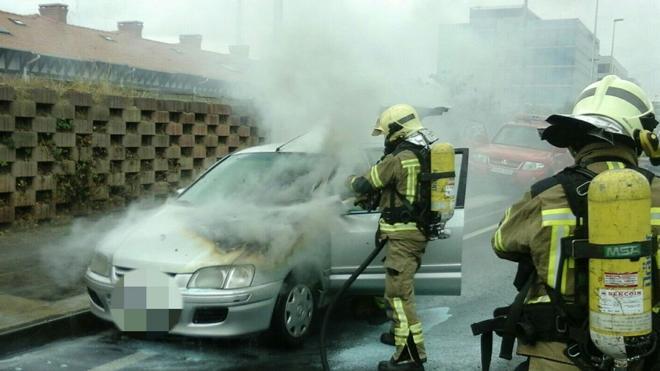 Un vehículo en llamas provoca el corte de dos carriles en La Avanzada, sentido Getxo