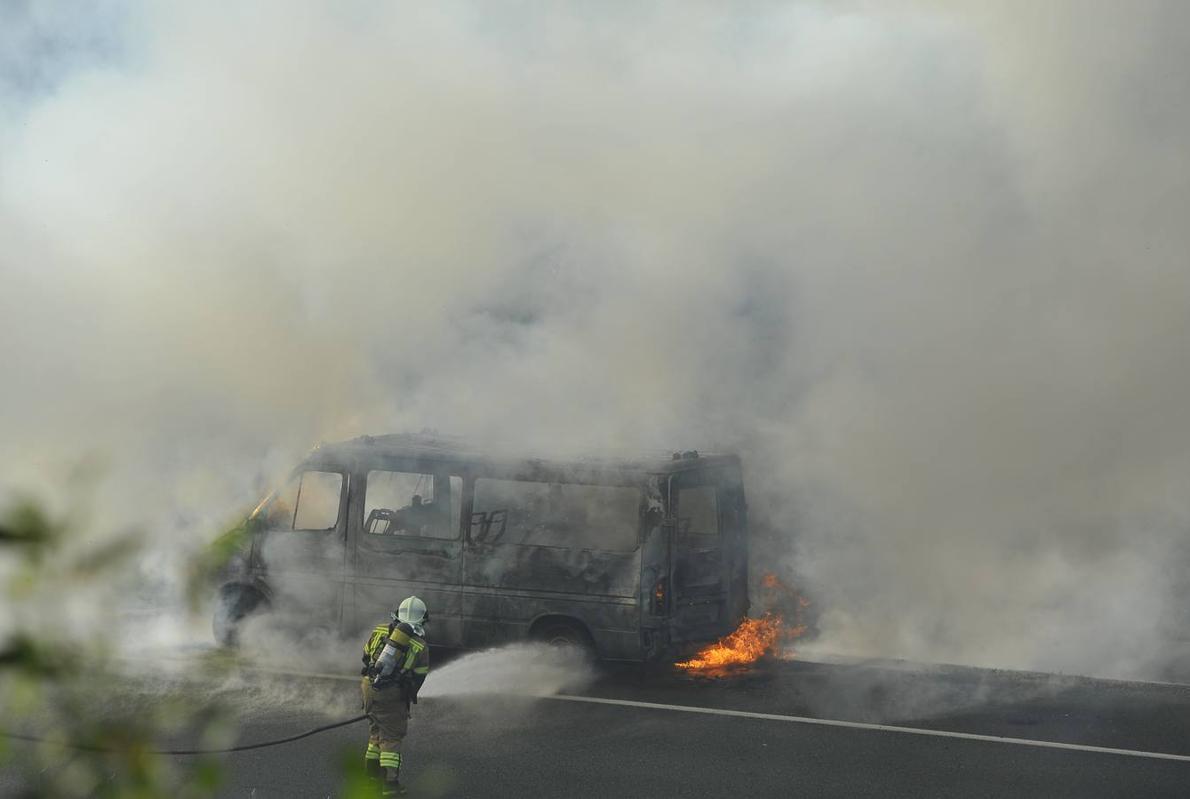 Una ambulancia incendiada provoca el corte parcial de la AP-8 a la altura de Amorebieta