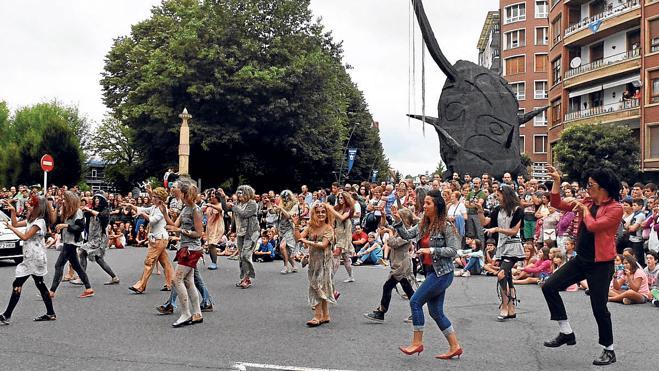 Disfraces de los años 60 y el tributo a Elvis despiden hoy las fiestas de Amorebieta