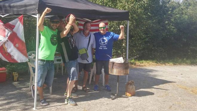 Tortillas, barbacoa y bota de vino para disfrutar de la Vuelta desde el alto de El Vivero