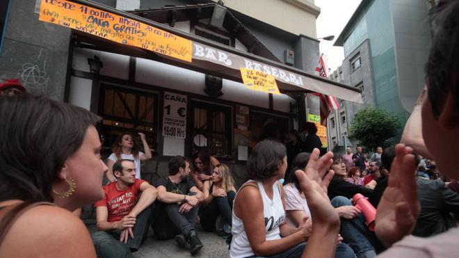 Colectivos LGTB se concentran frente al Bar Baserri tras la expulsión de una pareja el jueves