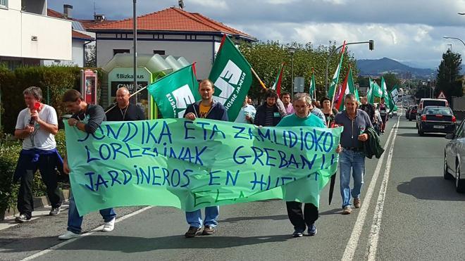 El pleno de Sondika insta a Enviser y a los jardineros a poner fin a la huelga
