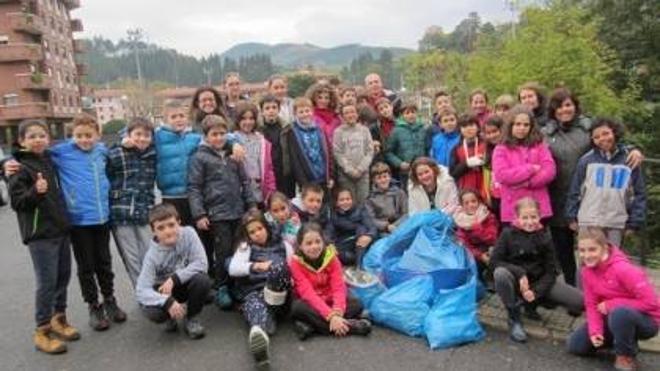 Un grupo de 37 escolares limpia la ribera del Nervión en Ugao