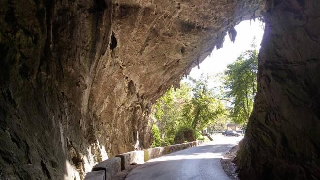 Asturias y su cueva hiperbólica