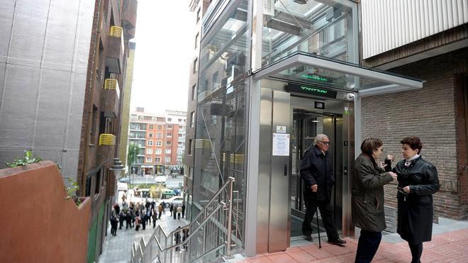 La inauguración del ascensor de Luzarra mejora la accesibilidad de Deusto