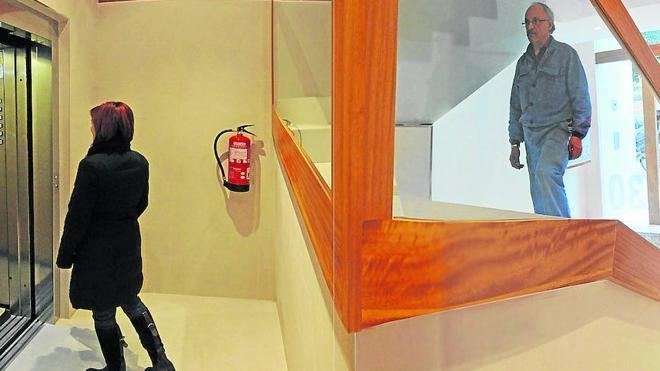 El Supremo exime a los dueños de locales de pagar por bajar ascensores a cota cero