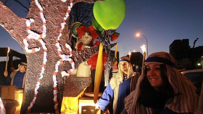 Una estrella y un tren txu-txu ayudan hoy a los Reyes Magos a encontrar la comarca