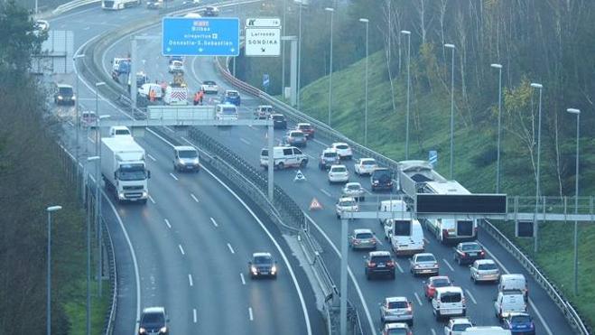 Una colisión causa retenciones kilométricas en el Txorierri, la A-8 y La Avanzada y desespera a miles de conductores