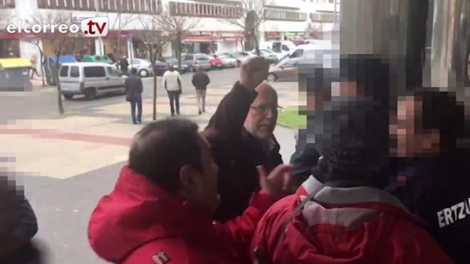Tensión entre vecinos de Abetxuko y Fede García en la puerta de los juzgados de Vitoria