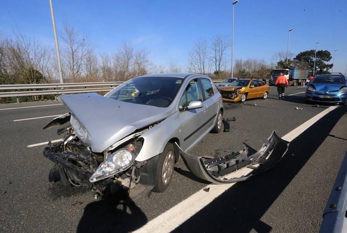 Herido leve en un accidente entre tres coches en Sondika