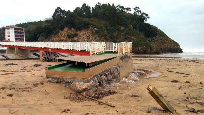 Costas estudia cómo reponer la pasarela de la playa de La Arena tras el temporal