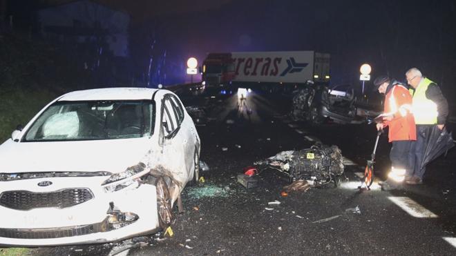 Tres fallecidos en el choque entre un camión y cuatro coches en Azkoitia