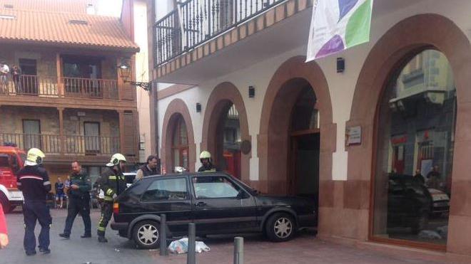Empotra su coche contra el Ayuntamiento de Ampuero con la «intención de prenderle fuego»
